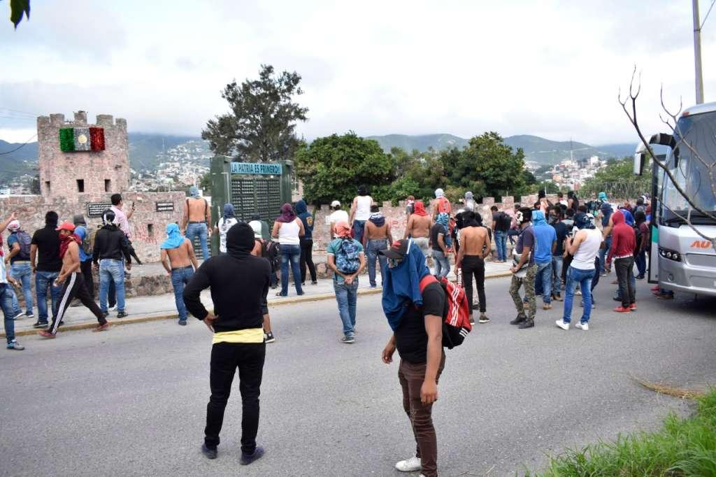 Normalistas de Ayotzinapa atacan la 35 Zona Militar en Chilpancingo. Foto: especial