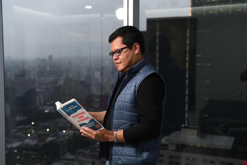 19 edificios como 19 heridas(Grijalbo, 2018) es uno de los libros más recientes. Alejandro Sánchez, periodista de esta casa editorial. Foto: Bernardo Coronel
