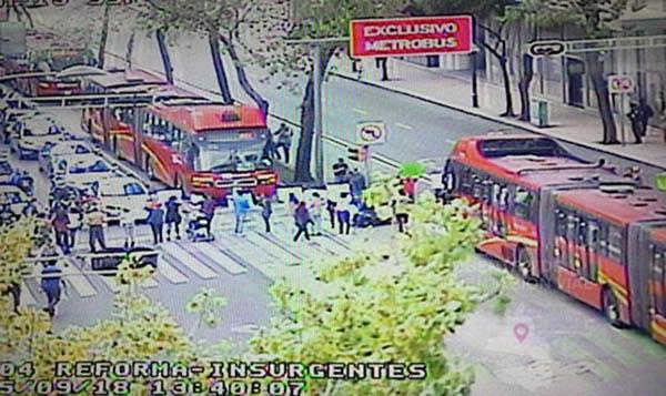 Padres de familia mantienen cerrada la Avenida Insurgentes. FOTO: C5