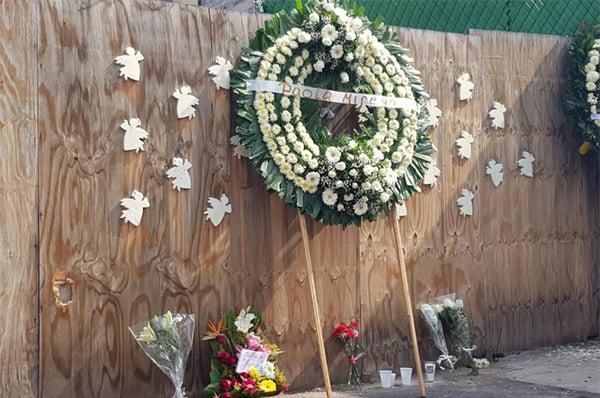 Las coronas tienen los nombres de los niños que murieron en el colapso del edificio. FOTO: LIZETH GÓMEZ