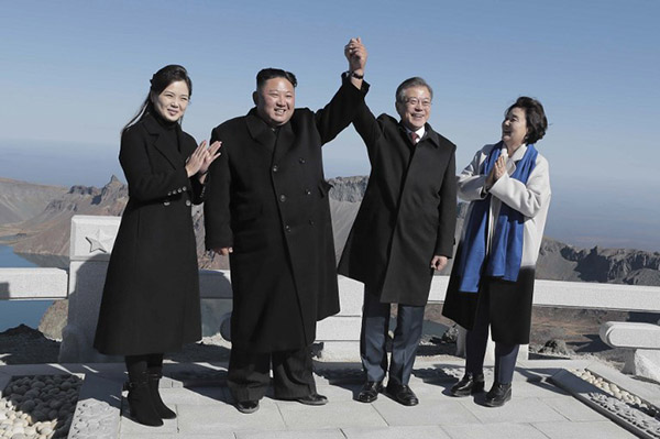 En las fotos distribuidas a la prensa, se aprecia a Kim y Moon sonrientes acompañados de sus esposas. FOTO: AFP