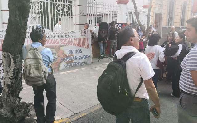 Esta tarde, maestros se colocaron afuera de la casa de transición de AMLO