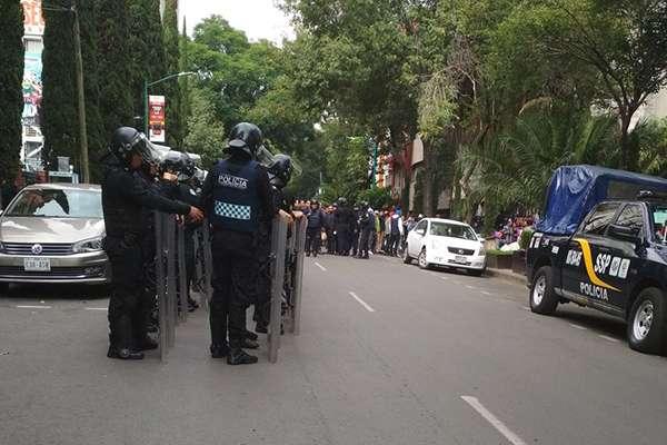 Granaderos y vecinos de la Colonia Juárez protagonizan riña por desalojo
