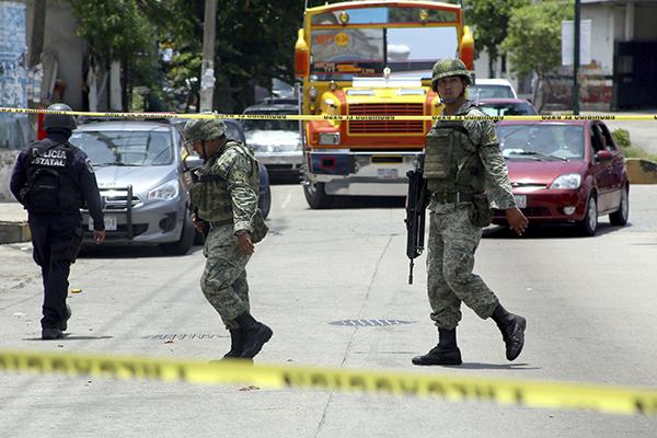 Al menos dos policías resultaron heridos. FOTO: CUARTOSCURO