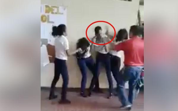 """En defensa del joven Jairo """"N"""" fue difundido un video donde se observa siendo golpeado por tres mujeres; acusan discriminación por ser hombre"""
