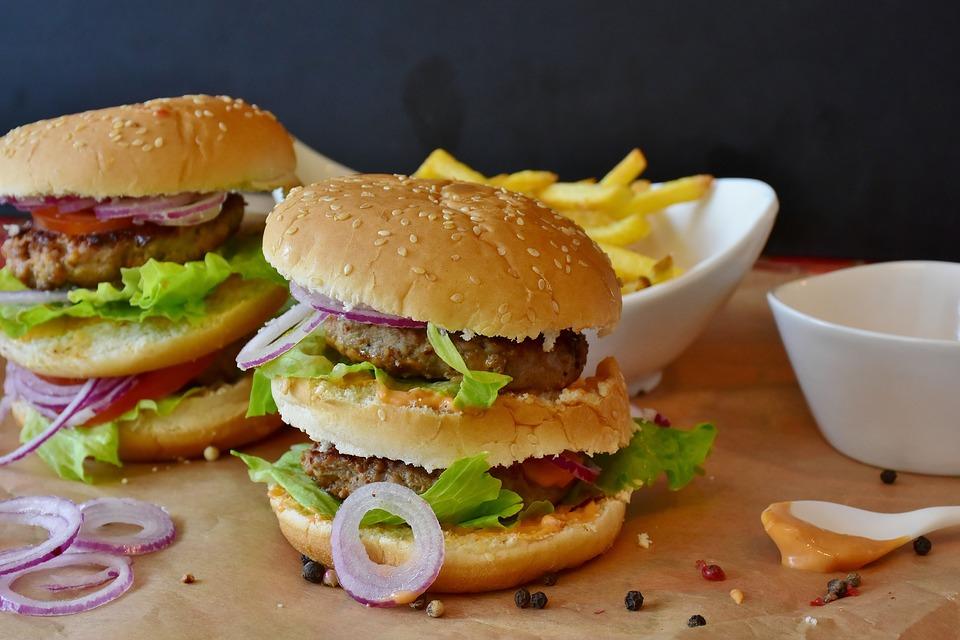 1,260 calorías es lo que contiene un combo de hamburguesa, papas y refresco. Foto: Especial