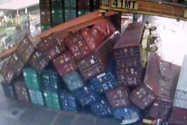 Los fuertes vientos ocasionaron el derribo de los contenedores. FOTO: ESPECIAL