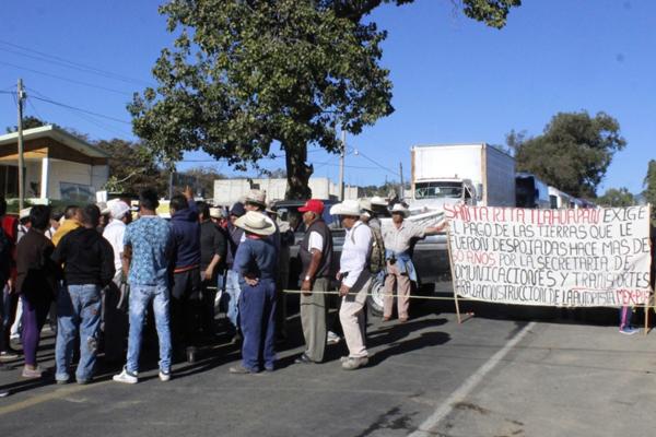 Al menos 200 campesinos bloquean la vialidad rumbo a la Ciudad de México. FOTO: ESPECIAL