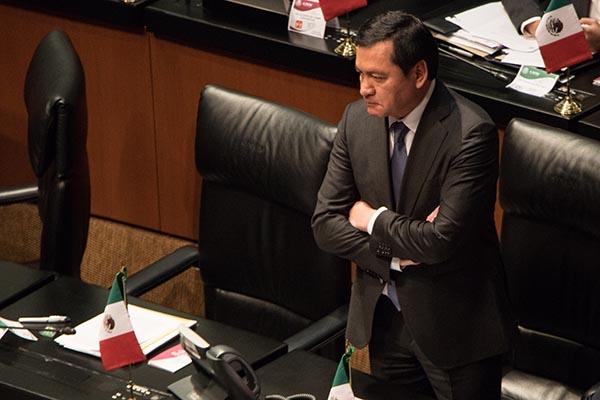 Miguel Ángel Osorio Chong, coordinador de los senadores del grupo parlamentario del Partido Revolucionario Institucional (PRI), durante la sesión ordinaria del Senado de la República. FOTO: CUARTOSCURO