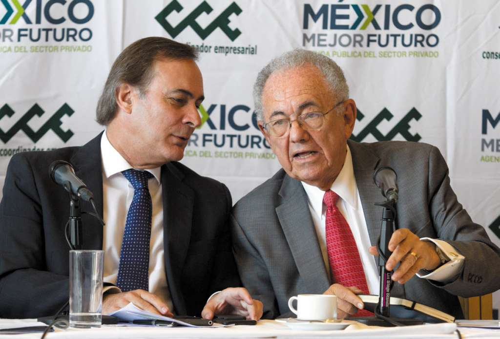 Javier Jiménez Espriú (der.), próximo titular de la SCT, con Juan Pablo Castañón, del CCE. FOTO: CUARTOSCURO