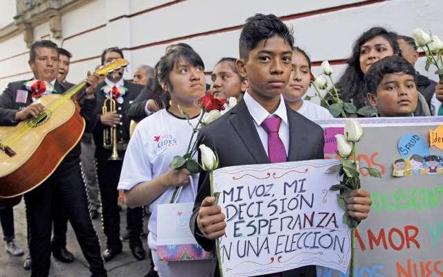 SERENATA. Este día pidieron al Presidente electo ratifique su compromiso con los derechos de la infancia. Jóvenes llegaron a su casa de transición.  FOTO: CUARTOSCURO