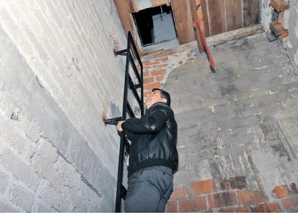 El Ejecutivo local analiza uno de los pasadizos que conectan vecindades.