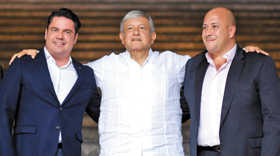 Aristóteles Sandoval (izq.) y Enrique Alfaro (der.) acompañaron a Andrés Manuel.