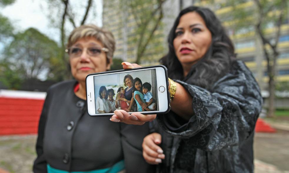 Gloria Arcelia y Gloria Patricia, y en en el celular la imagen de la familia completa. FOTO: FOTO: BERNARDO CORONEL