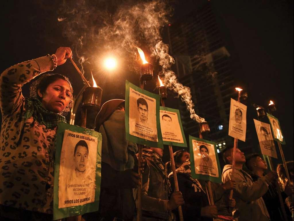 En la Ciudad de México recordaron con velas a los 43 jóvenes. FOTO: LESLIE PÉREZ