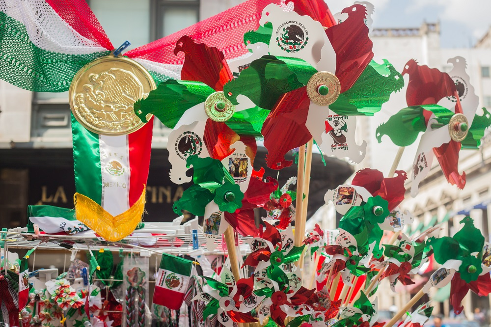 TRICOLOR. El orgullo mexicano motiva a consumir artículos conmemorativos en estas fechas. Fotos: Leslie Pérez y Especial