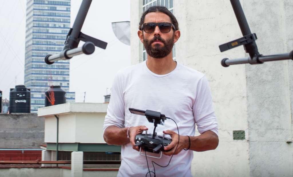 TOMAS. Con el dron, el artista refleja sus miedos y angustias. Foto: YAZ RIVERA