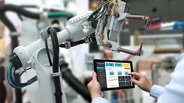La digitalización y la comunicación basada en internet genera beneficios, como la reducción de costos, el trabajo a distancia.