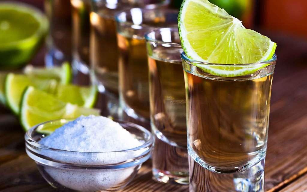 El tequila sólo utiliza agave azul, mientras que el mezcal permite muchas variedades. Foto: Especial