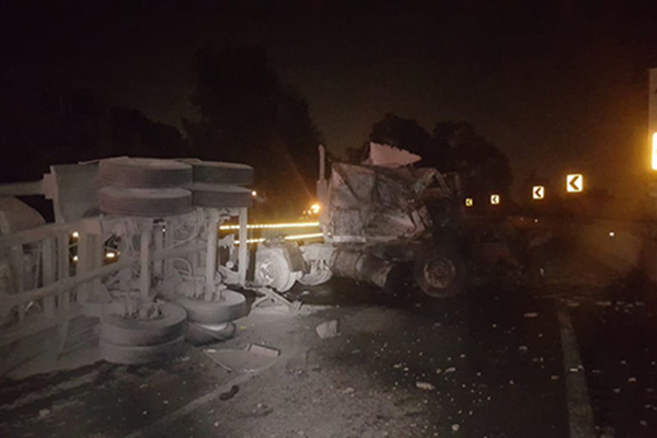 Esta madrugada se registró la volcadura de un trailer en el kilómetro 31 de la Autopista México-Cuernavaca, lo que generó que se cerrara la circulación con dirección a la Ciudad de México. FOTO: ESPECIAL