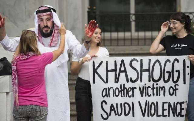 Un manifestante vestido como el príncipe heredero de Arabia Saudita Mohammed bin Salman (C) con sangre en sus manos protesta con otros fuera de la Embajada de Arabia Saudita en Washington, DC, el 8 de octubre de 2018, exigiendo justicia por el desaparecido periodista Jamal Khashoggi. Foto: AFP