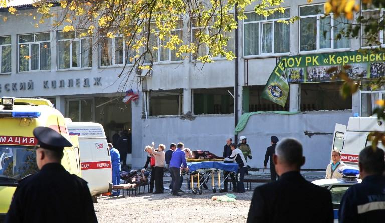 Los rescatistas llevan a una víctima lesionada de una explosión en una universidad en la ciudad de Kerch. Foto STP / AFP