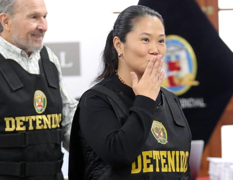 Keiko, de 43 años, abrazó llorando a su abogada Giuliana Loza al escuchar el fallo. FOTO: AFP