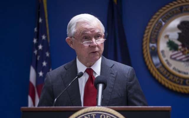 Jeff Sessions habla durante una conferencia de prensa sobre los esfuerzos para reducir el crimen transnacional en la Oficina del Fiscal Federal para el Distrito de Columbia.   Foto: Zach Gibson/Getty Images/AFP