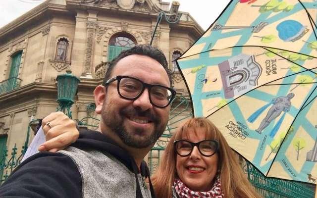 Jorge Suárez en compañía de Jeannette Porras, autora del libro 'Condesa Hipódromo'.
