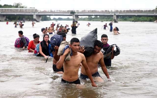 l TRÁNSITO. Decenas de migrantes no esperaron el cruce legal y atravesaron por el río Suchiate. Foto: REUTERS