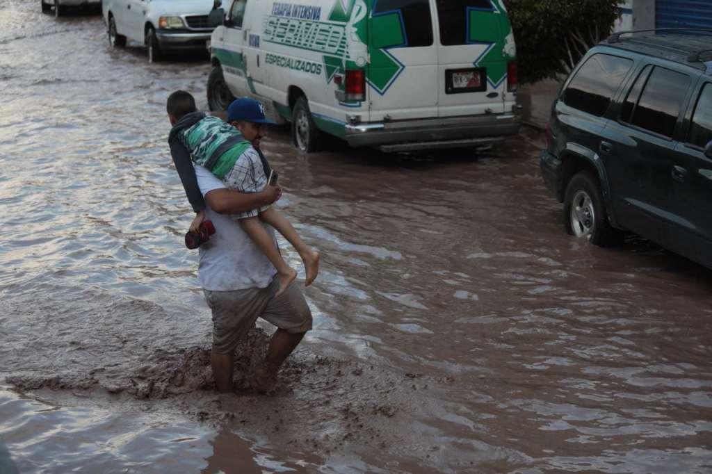 Poblados de Los Sandovales y Agua Verde de Tecuala y Acaponeta, respectivamente, quedaron bajo el agua. FOTOS: ESPECIALES