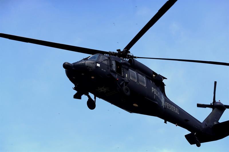 En el lugar un helicóptero de la Policía Federal sobrevoló a pocos metros de altura el afluente