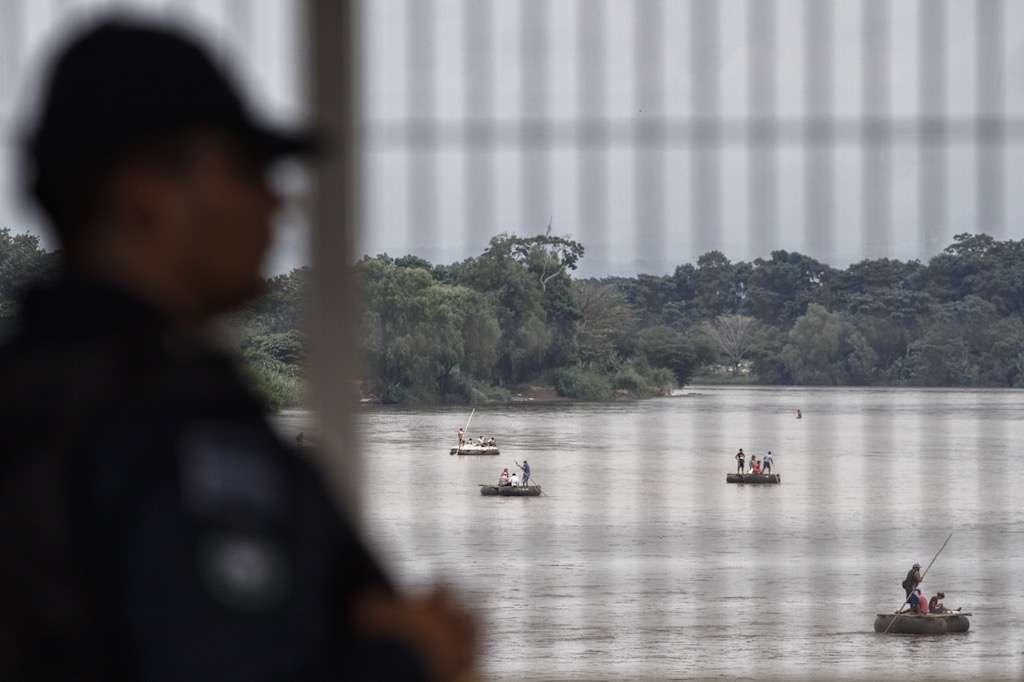 Elementos de Policía Federal custodian el paso fronterizo de Ciudad Hidalgo, ante la llegada de la caravana de migrantes procedentes de Honduras.  FOTO: ISAAC ESQUIVEL /CUARTOSCURO.COM