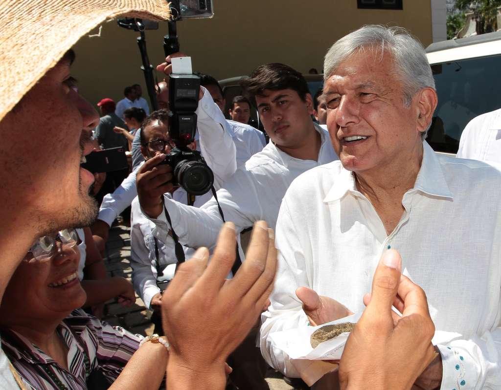 En tanto,  López Obrador secomprometió a escuchar a todas las comunidades indígenas. FOTO: NOTIMEX
