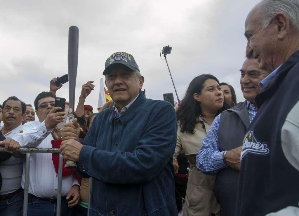 Andrés Manuel convivió por la tarde con simparizantes durante un mitin en la Macroplaza. FOTO: CUARTOSCURO