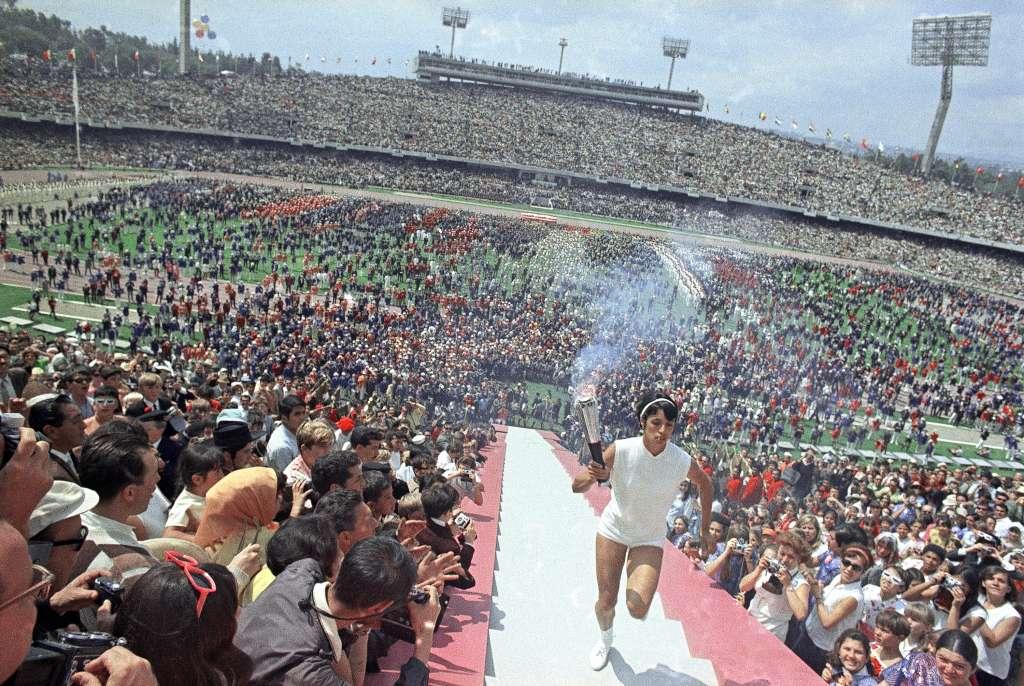 LIDERAZGO. Enriqueta Basilio fue la primera mujer en encender el pebetero en unos Juegos Olímpicos. Foto: AP