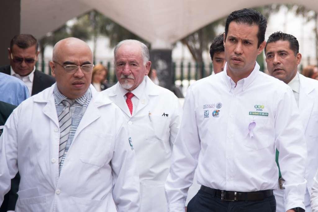 COMPROMISO. Médicos del IMSS en compañía de Tuffic Miguel, director general de la institución. Foto: Especial