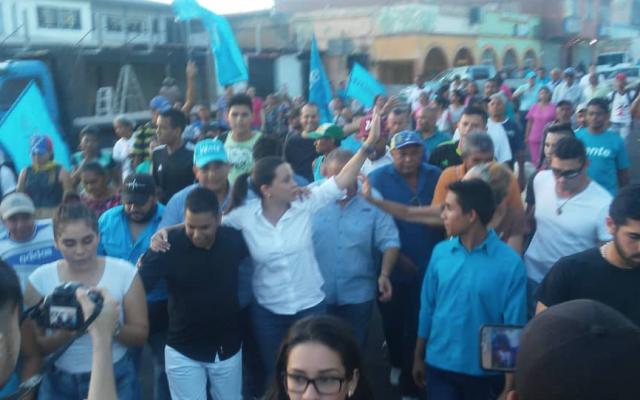 Atacan a opositora MaríaCorinaMachado durante acto político en Venezuela.  @PrensaMCM