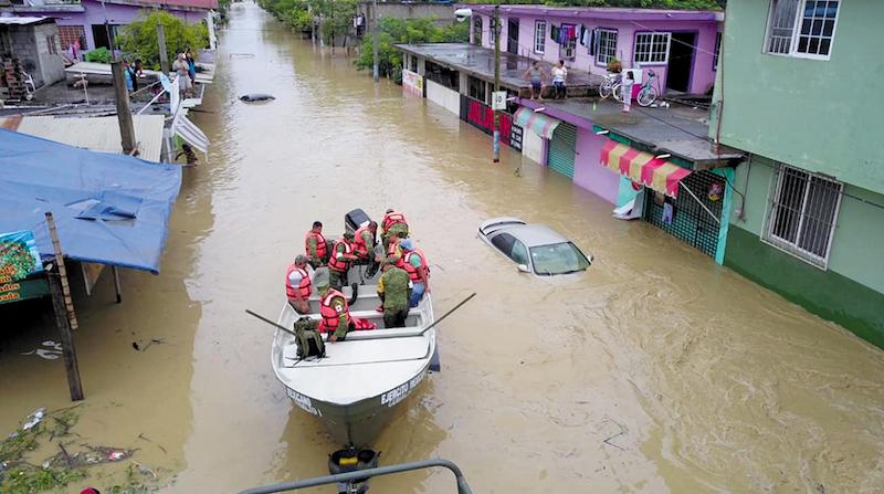 La Secretaría de la Defensa Nacional informó que en el municipio Álamo personal de la 19 Zona Militar (Tuxpan, Veracruz) desaloja a las familias afectadas por las inundaciones ocasionadas por las fuertes lluvias. NOTIMEX/FOTO/ESPECIAL/COR/DIS/