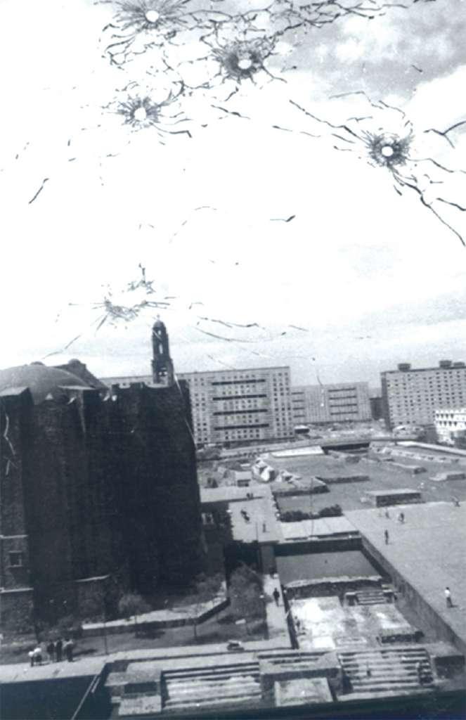 VACÍO. Después del conflicto en la Plaza de las Tres Culturas, quedaron huellas. Foto: Especial