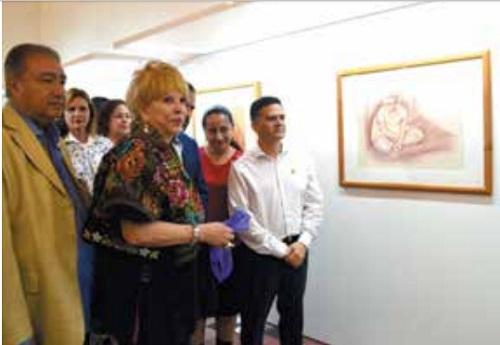 GALERÍA. Lady Kyra prestó las obras para esta muestra, a la que acudió el alcalde Igor Rojí.  Foto: Especial