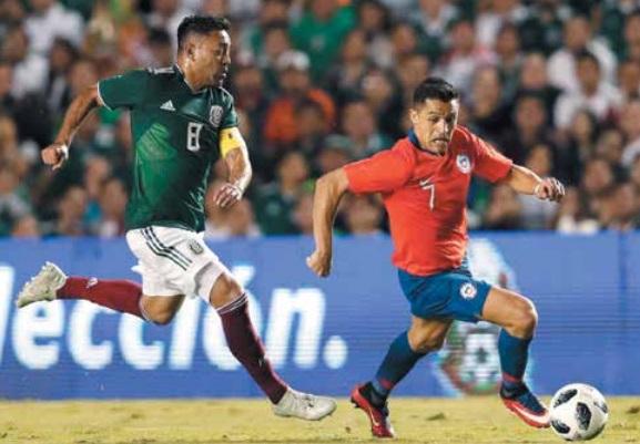 MEDIOCAMPO. Marco Fabián sufrió ante los embates de Alexis Sánchez. Foto: Mexsport