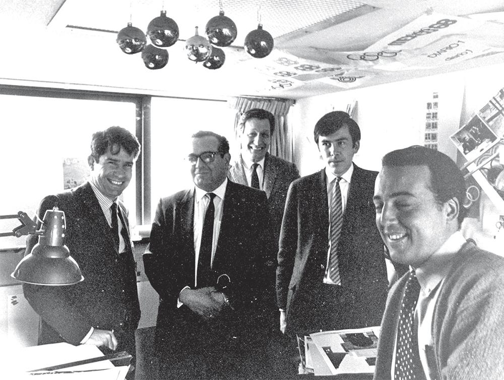 EQUIPAZO. Pedro Ramírez Vázquez (anteojos) y sus colaboradores, satisfechos por su trabajo, en su estudio del Pedregal. Foto: Especial