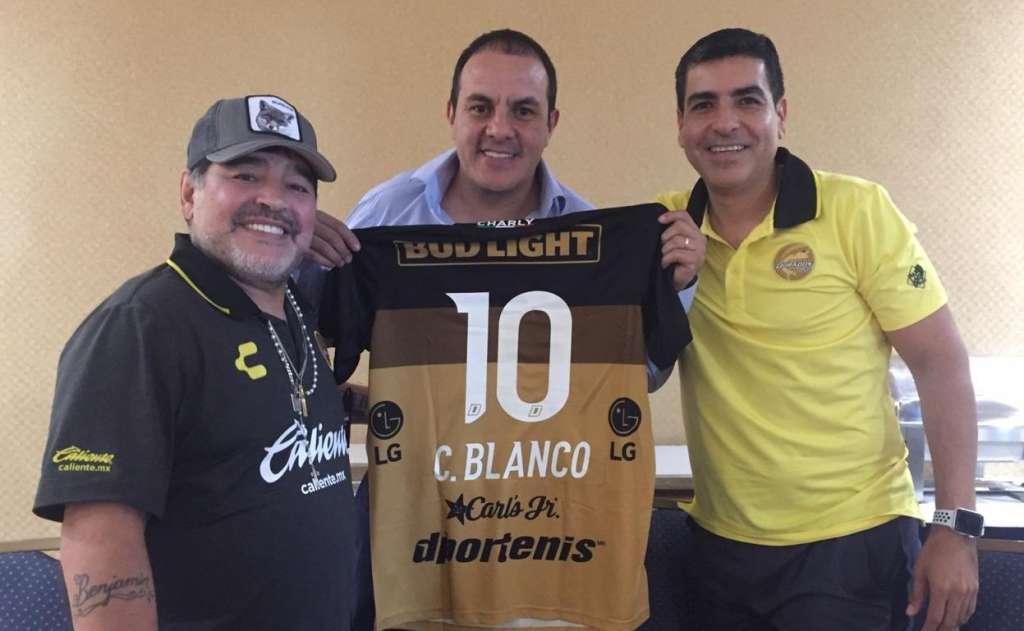 Durante la reunión, Maradona firmó una playera de los Dorados a Cuauhtémoc. Foto: Twitter