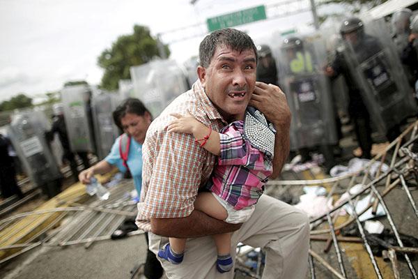 Mujeres y niños resultaron heridos en la trifulca. FOTO: REUTERS