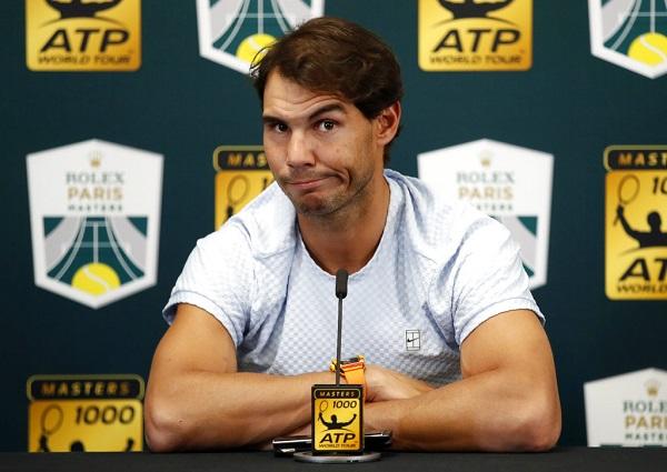 """El campeón de 17 torneos de Grand Slam explicó en una rueda de prensa que sintió dolor abdominal """"especialmente"""" al sacar. Foto: AP"""