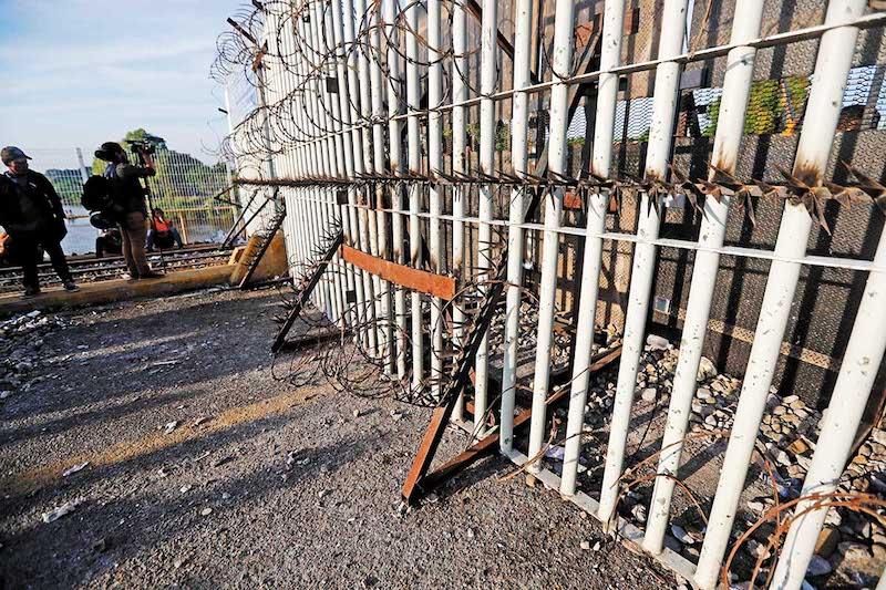 Vista de las púas y barricadas instaladas por las autoridades mexicanas en la frontera entre México y Guatemala, para impedir el paso de la segunda caravana de migrantes hondureños rumbo a Estados Unidos. EFE/Esteban Biba