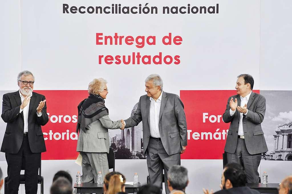 Olga Sánchez Cordero y Alfonso Durazo acompañaron a López Obrador en la clausura de los foros de paz. Foto: Edgar López / Heraldo de México