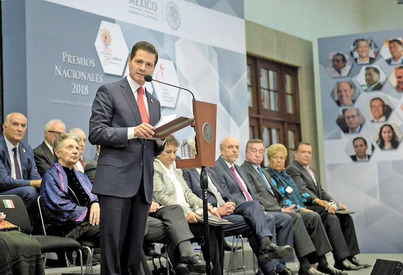 Enrique Peña Nieto entregó los premios nacionales de Ciencias, Artes y Literatura. Foto: Especial.