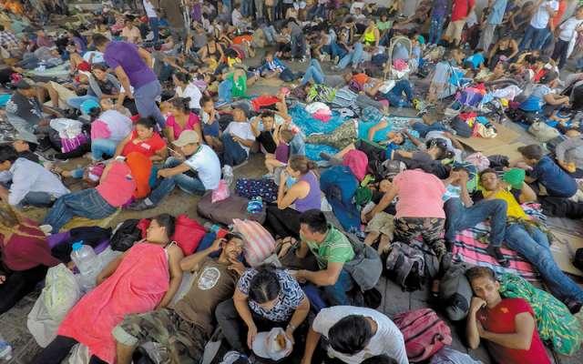 La Caravana Migrante llegó a la ciudad de Tapachula, en donde miles de hondureños, muchos de ellos niños, descansan en el Parque Miguel Hidalgo. Se espera que mañana reinicien su viaje hacia la frontera con Estados Unidos. FOTO: ISAAC ESQUIVEL /CUARTOSCURO.COM